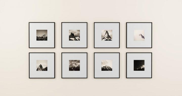 huit cadres fixés sur un mur blanc
